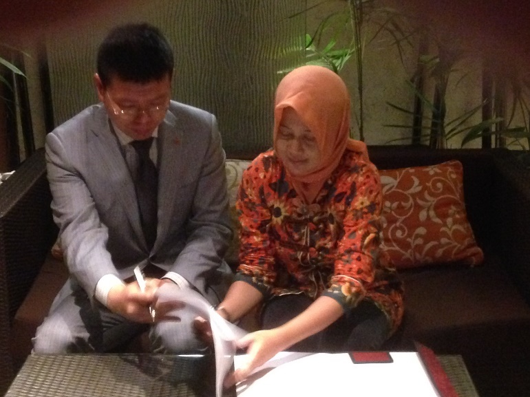 Left to Right: Professor Michael Tse, President ICMA signing with Dr Sekar Mayangsari of Trisakti University.
